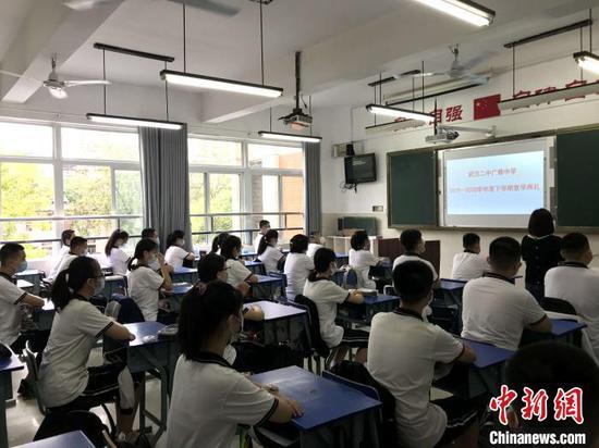 在教室里举行复学典礼 张芹 摄