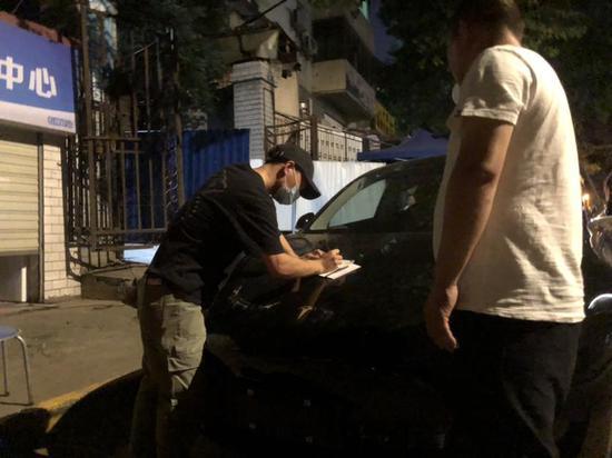 报道称,武汉拼多多团购车主正在签字提车。