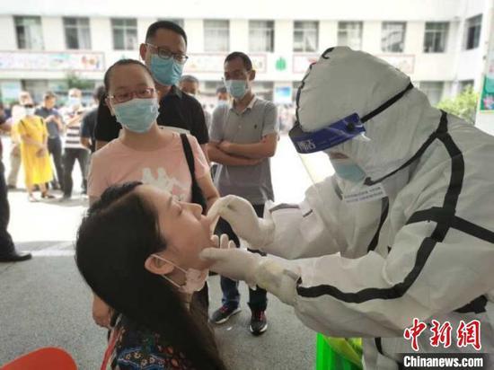 襄阳樊城区教职工正在进行核酸检测。 付晓方 摄