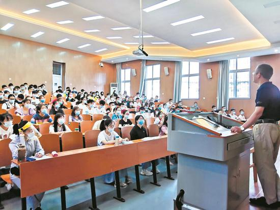 昨日,武汉大学数千名本科生上返校第一课,拉开了武汉高校秋季开学序幕。此前,该校首批9100多名本科生已经返校,下周还将有第二批2000多名学生回到校园。 楚天都市报见习记者狄鑫 图片由武汉大学提供