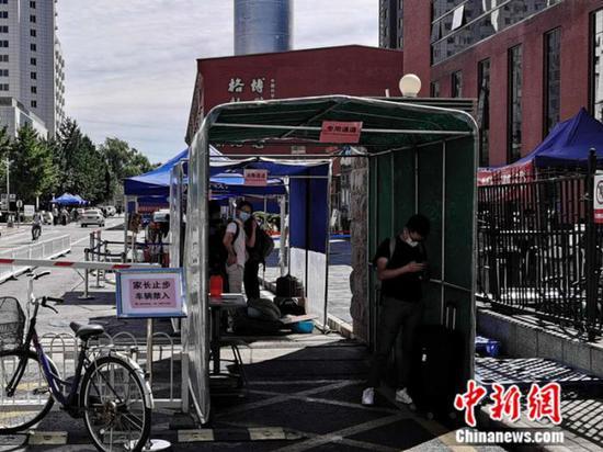 """中国科学院大学校门外,竖立着""""家长止步""""的提示牌。中新网张尼 摄"""
