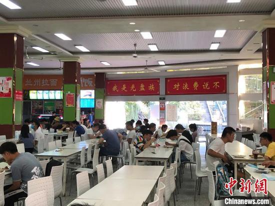 图为湖北医药学院学子餐厅 鲍晓宇 摄
