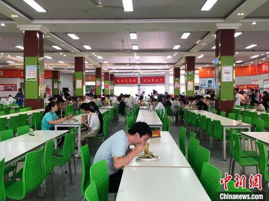 图为湖北医药学院的学生们在食堂有序用餐 鲍晓宇 摄