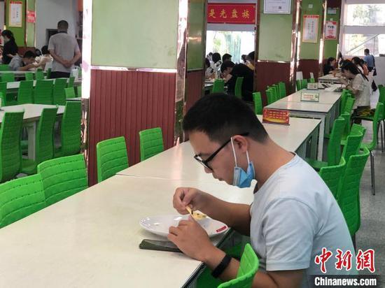 图为湖北医药学院的学生正在就餐 鲍晓宇 摄