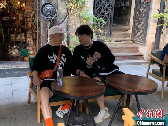图为爷爷和康康正在聊天 武一力 摄