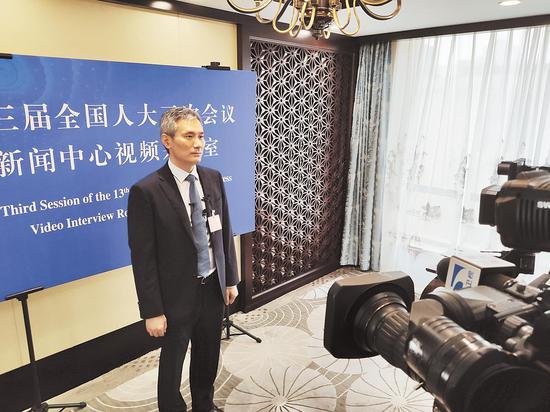 全国人大代表罗杰接受媒体采访。