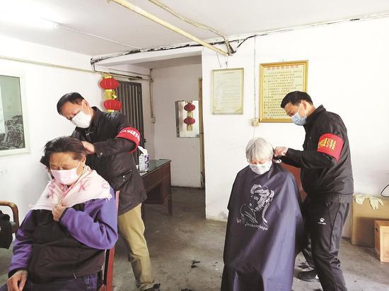 省人大常委会机关下沉党员为社区群众服务。