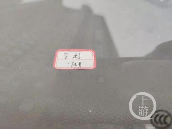 ▲2月5日,武汉银湖水榭小区停了数十辆二手车,致业主停车难。二手车上还贴了标签。摄影/上游新闻记者 牛泰