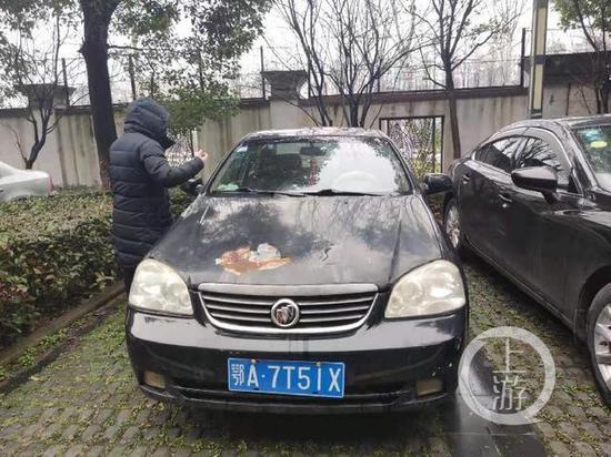 ▲2月5日,武汉银湖水榭小区内停了数十辆二手车,致业主停车难。摄影/上游新闻记者 牛泰