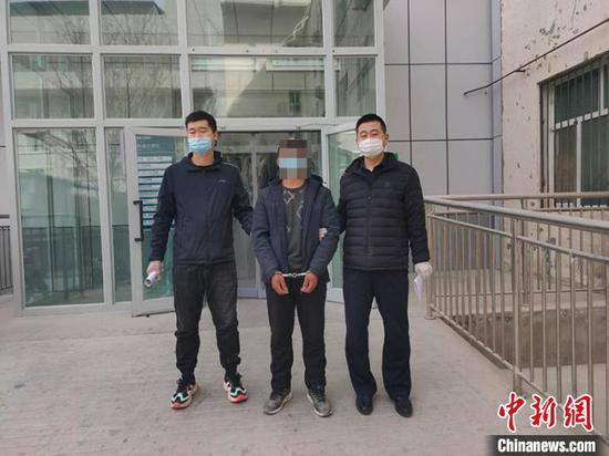 湖北恩施市潜逃21年命案逃犯在新疆尉犁落网。新疆尉犁县公安局提供