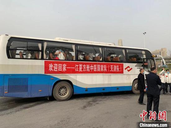 图为医护人员乘坐大巴车重返江夏方舱 武一力 摄