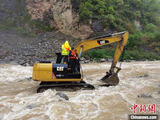 民警坐挖机成功将被困驾驶员救出 李祖炎 摄