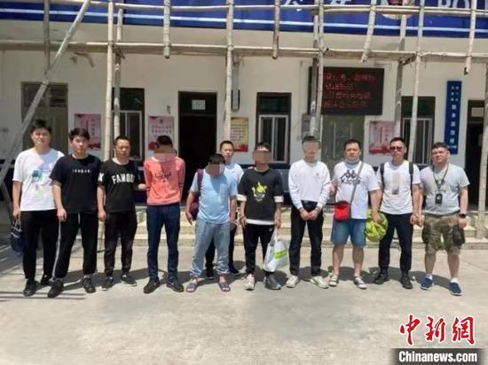 图为湖北荆州警方捣毁一非法收贩银行卡犯罪团伙 荆州市公安局供图