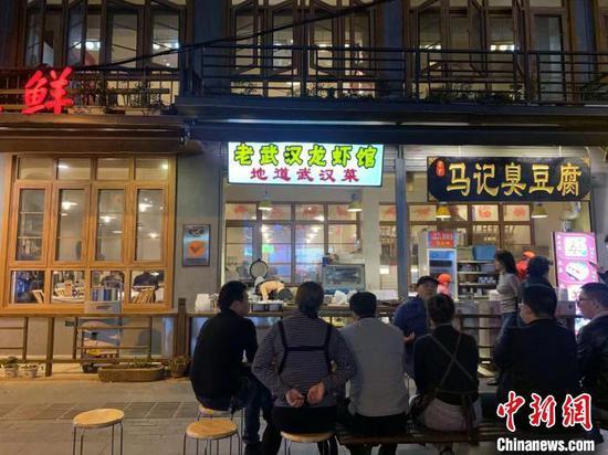 顾客在武汉万松园一家小龙虾馆门口等待用餐(资料图) 武一力 摄