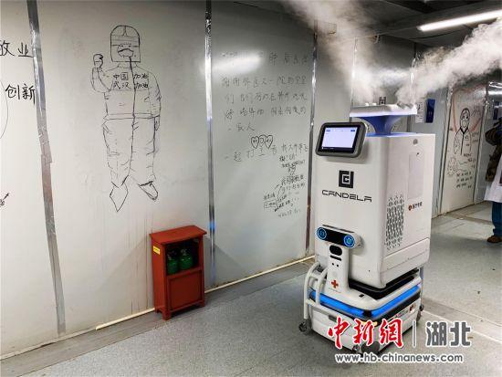 医疗机器人正在工作 李晗 摄