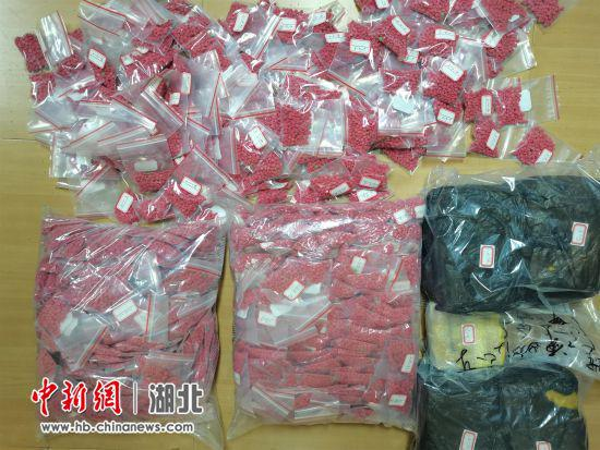 图为缴获的34.35公斤毒品
