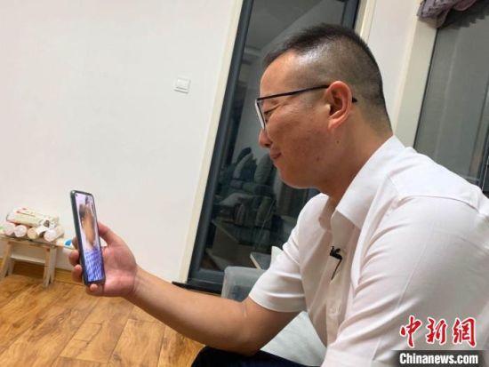 图为王志齐在武汉和女儿视频 武一力 摄