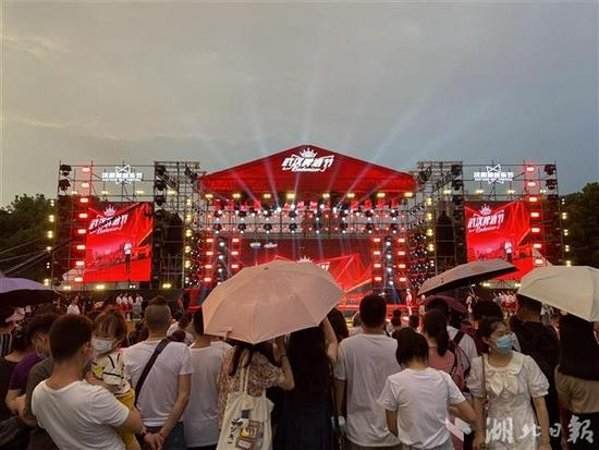 武汉市仲夏消费季暨2021武汉啤酒节汉阳主会场活动丰富、人气火爆。(湖北日报全媒记者 朱惠 摄)