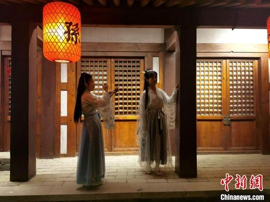 游客在襄阳唐城景区拍照留念。胡传林 摄