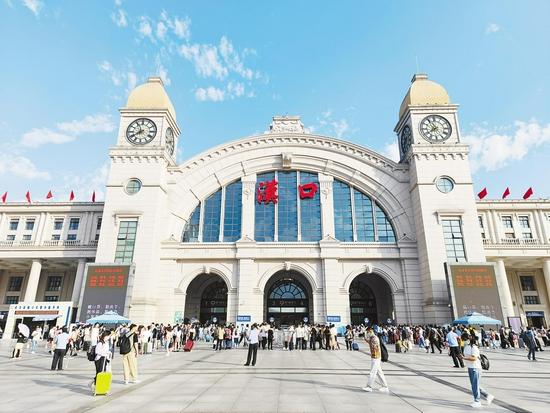 上图:汉口火车站客流继续高位运行。