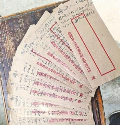 赵明山用来帮村民记账的信封 通讯员陶火应 摄