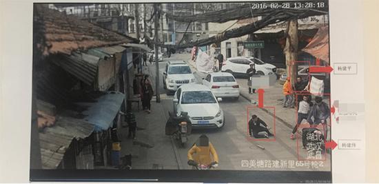 彭某某邀约3人来到杨建伟、杨建平住所实施报复,彭某某手中洋镐把被打断。