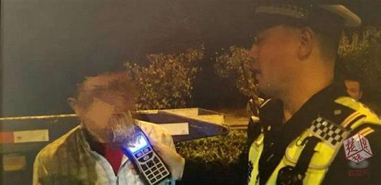 民警对男子进行吹气式酒精度测试