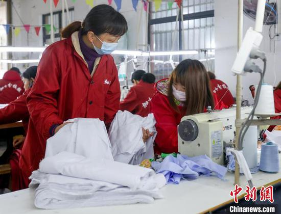 图为武汉加十分服装工厂的女工 张畅 摄