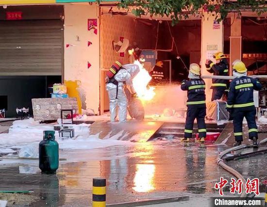 消防员对燃烧的液化气罐进行冷却作业。湖北咸宁消防供图