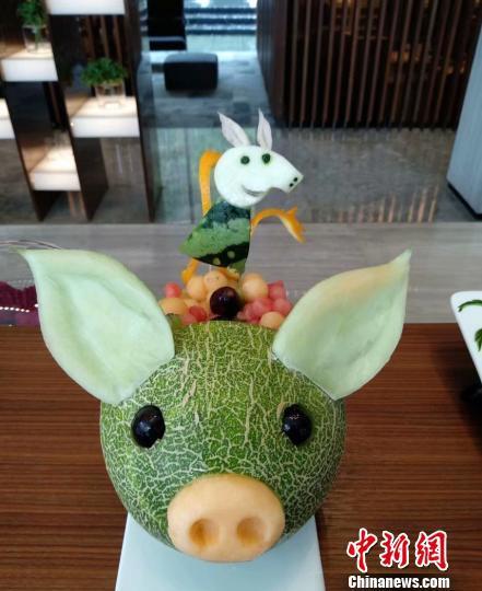 图为米玉全的果雕作品《猪年大吉》 受访者供图 摄