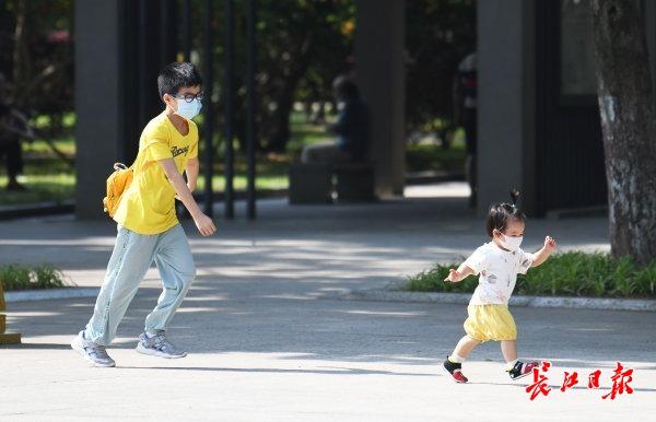 孩子们在树林间欢跑。记者詹松 李子云 李永刚 摄