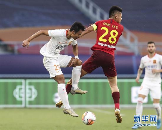 8月21日,武汉卓尔队球员张成林(左)在比赛中与河北华夏幸福队球员张呈栋拼抢。 当日,在2020赛季中国足球协会超级联赛第一阶段(苏州赛区)第六轮比赛中,武汉卓尔队以1比3负于河北华夏幸福队。 新华社记者杨磊摄