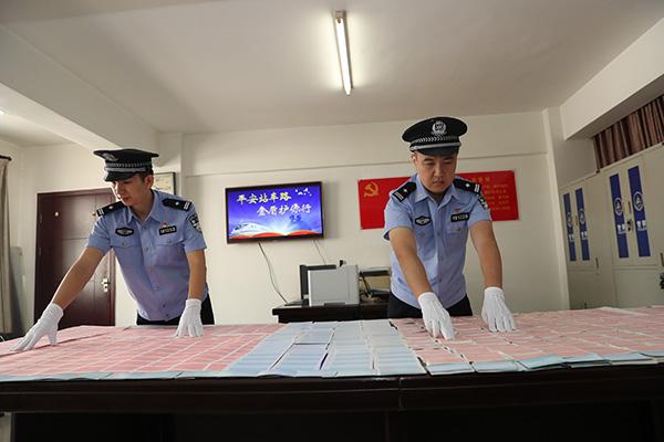 武汉铁路公安处民警清点案件中查获的假火车票