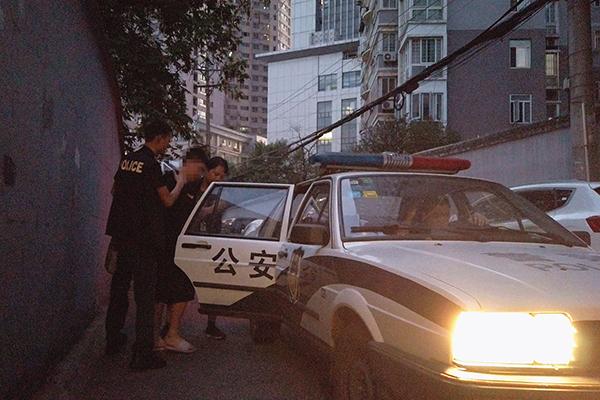侦查员在吴某租住地将其抓获并带离 周磊 摄