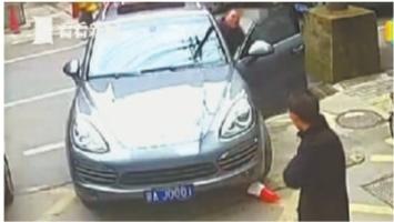 11月24日,保时捷司机把车停在市中医院门口后随即离开 视频截图