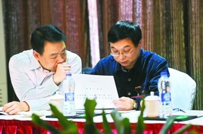 昨日在政协小组讨论现场,第八组(九三学社)市政协委员李枫(左)、胡晓华(右)正在讨论记者许魏巍 摄