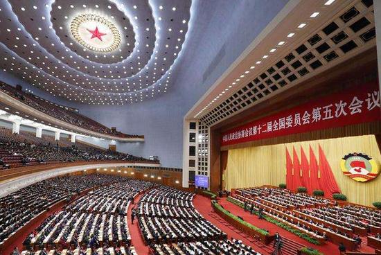 长江云报道13日晚,39位住鄂全国政协委员参加全国政协十二届五次会议闭幕会后,乘坐高铁等返回湖北武汉。