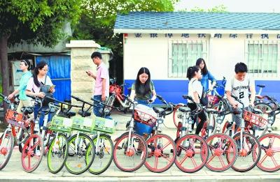 地铁站外,各种共享单车整齐摆放 记者郭良朔 摄