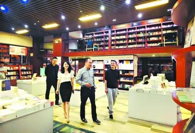昨夜,马云(右)和阎志在卓尔书店一楼边看边聊