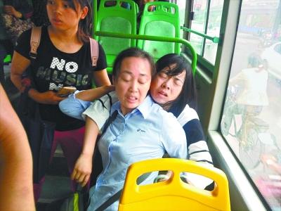 熊秋妹背起晕倒乘客的瞬间 网友孔小姐 摄