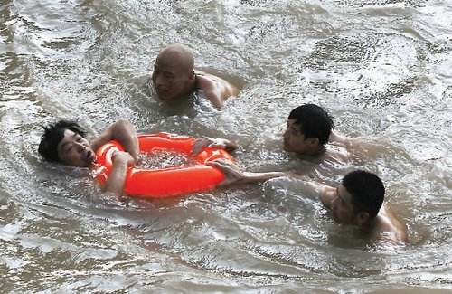 小伙游泳爱面子连呛数口水不呼救 被救后吓呆数分钟