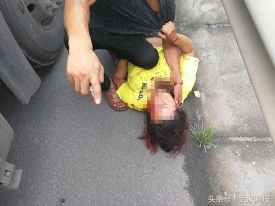 任性女子不肯系安全带 高速上被甩出车外险些丧命