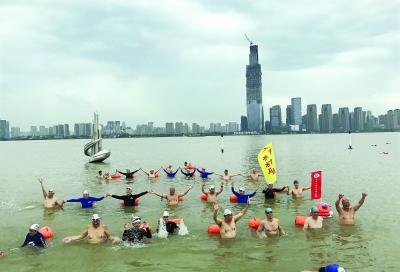 游泳爱好者提前为渡江节探路 记者李葳 摄