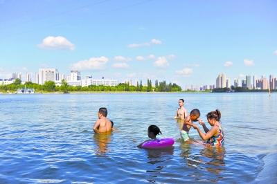 20日下午,一些市民来到汉江边戏水消暑,像在海边一样惬意 记者李永刚 摄