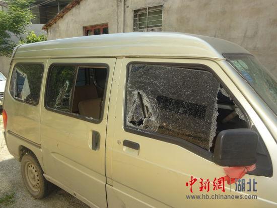 湖北麻城一男子只因被多看了一眼 持刀打砸村民家