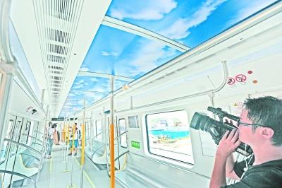 武汉地铁11号线列车亮相 空气净化装置可杀灭细菌