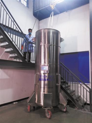 保存展文莲遗体的液氮罐