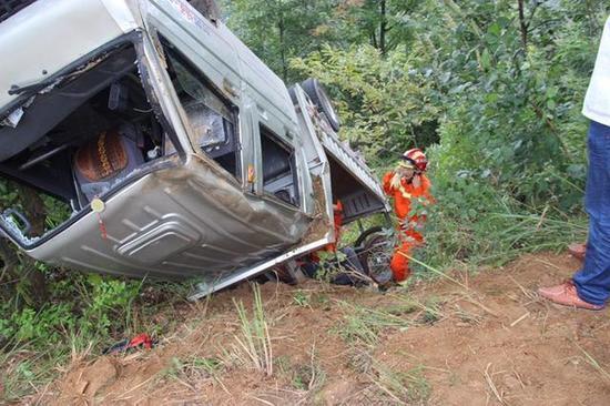 原标题:小货车山路遇翻车 英山消防紧急救援