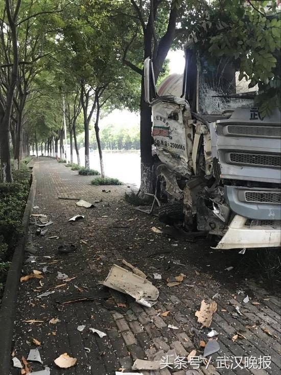 水泥搅拌车撞树现场 通讯员程仁斌摄