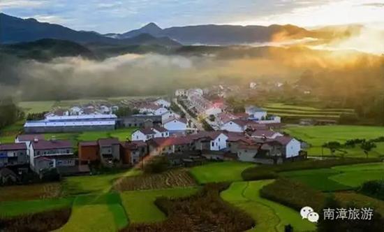 湖北省襄阳市南漳县峡口村坐落于巡检镇,天蓝水清,人勤物丰,空气好,风景秀丽。